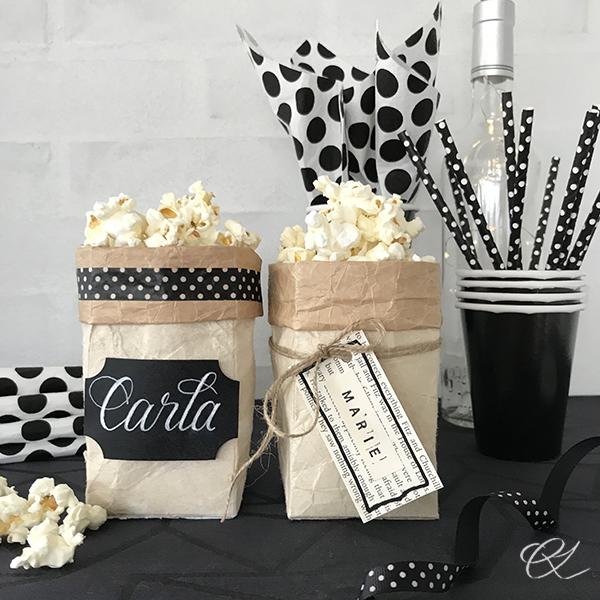 Popcornbæger og bordkort af mælkekarton